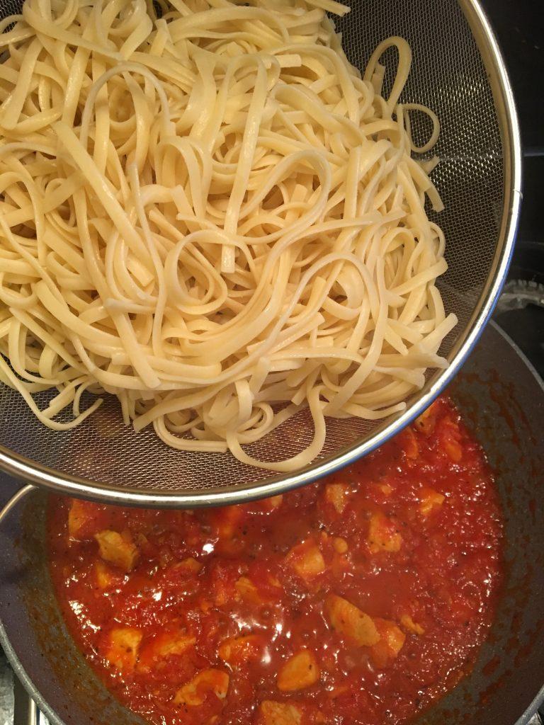 domatesli-tavuklu-spagetti-tarifi